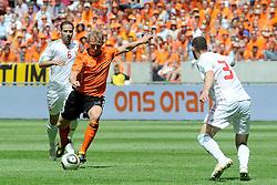 05-06-2010 VOETBAL: NEDERLAND - HONGARIJE: AMSTERDAM<br /> Nederland wint met 6-1 van Hongarije / Dirk Kuyt en Vilmos Vanczak<br /> ©2010-WWW.FOTOHOOGENDOORN.NL