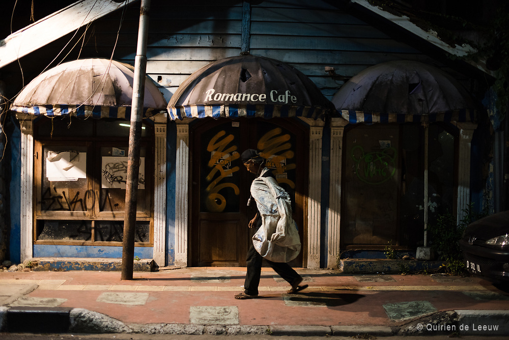 """Een verlaten en vervallen pand in het centrum van Bandung, het vroegere """"Parijs van Java""""."""