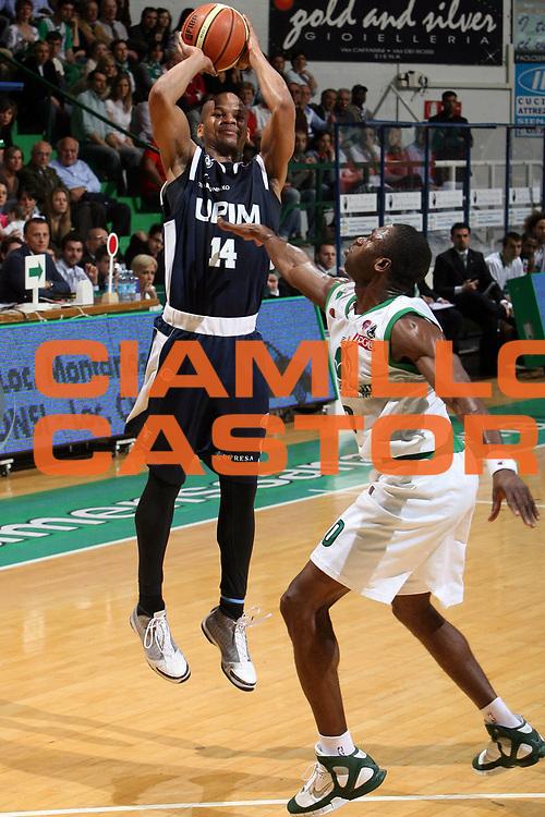 DESCRIZIONE : Siena Lega A1 2007-08 Playoff Quarti di finale Gara 3 Montepaschi Siena Upim Fortitudo Bologna <br /> GIOCATORE : Joseph Forte<br /> SQUADRA : Upim Fortitudo Bologna<br /> EVENTO : Campionato Lega A1 2007-2008 <br /> GARA : Montepaschi Siena Upim Fortitudo Bologna<br /> DATA : 14/05/2008 <br /> CATEGORIA : tiro<br /> SPORT : Pallacanestro <br /> AUTORE : Agenzia Ciamillo-Castoria/E.Castoria