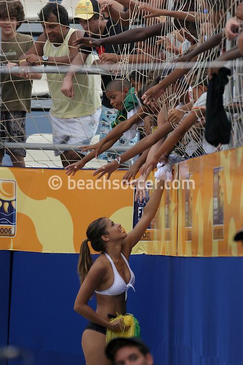 Footbal-FIFA Beach Soccer World Cup 2006 -  Open Oficial Games - ITL x BHR- Cheer Leader FIFA t-shirt's gift distribution-  Rio de Janeiro, Brazil - 02/11/2006.<br />Mandatory Credit: FIFA/Ricardo Ayres