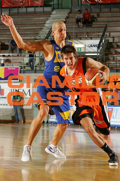DESCRIZIONE : Udine Memorial Rino Snaidero Precampionato Lega A1 2006-07 Snaidero Udine Khymky Mosca <br /> GIOCATORE : Valters <br /> SQUADRA : Snaidero Udine <br /> EVENTO : Memorial Rino Snaidero Precampionato Lega A1 2006-2007 <br /> GARA : Snaidero Udine Khymky Mosca <br /> DATA : 24/09/2006 <br /> CATEGORIA : Penetrazione <br /> SPORT : Pallacanestro <br /> AUTORE : Agenzia Ciamillo-Castoria/S.Silvestri <br /> Galleria : Lega Basket A1 2006-2007 <br /> Fotonotizia : Udine Memorial Rino Snaidero Precampionato Italiano Lega A1 2006-2007 Snaidero Udine Khymky Mosca <br /> Predefinita :