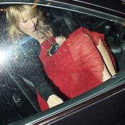 NLD/Amsterdam/20080317 - Premiere Zomerhitte, Linda de Mol stapt in haar auto