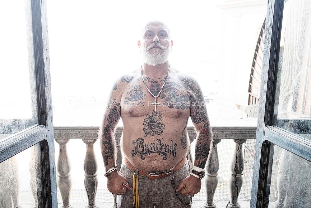 Napoli, Italia - Camillo Cataldo Nobilis, custode del Maschio Angioino a Napoli, ha un numero imprecistato di tatuaggi su tutto il corpo; molti di questi sono dedicati alla famiglia e all'et&agrave; borbonica di Napoli.<br /> Ph. Roberto Salomone