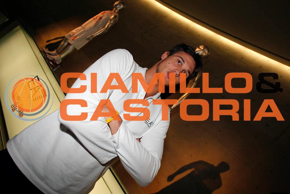 DESCRIZIONE : Milano Lega A 2011-12 Presentazione EA7 Emporio Armani Milano<br /> GIOCATORE : Danilo Gallinari<br /> CATEGORIA : Ritratto<br /> SQUADRA : EA7 Emporio Armani Milano<br /> EVENTO : Campionato Lega A 2011-2012<br /> GARA :  Presentazione EA7 Emporio Armani Milano<br /> DATA : 07/10/2011<br /> SPORT : Pallacanestro<br /> AUTORE : Agenzia Ciamillo-Castoria/G.Cottini<br /> Galleria : Lega Basket A 2011-2012<br /> Fotonotizia : Milano Lega A 2011-12 Presentazione EA7 Emporio Armani Milano<br /> Predefinita :