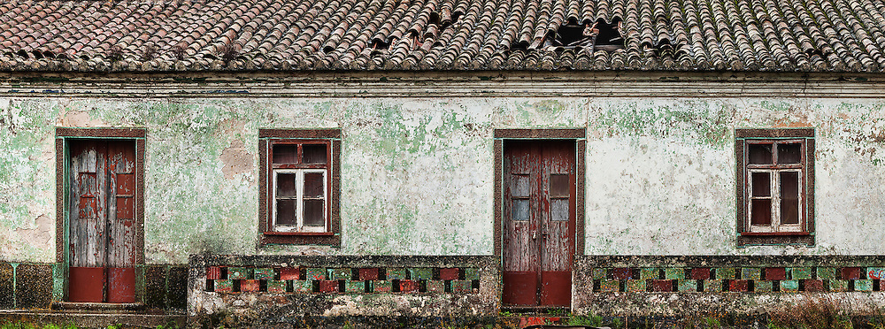 Facade of a old farmers house, lost in the Algarve west coast inland.