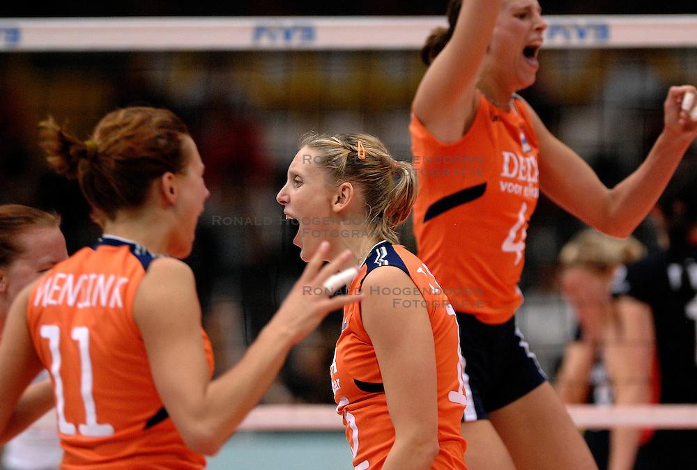 08-11-2006 VOLLEYBAL: WK DAMES: NEDERLAND - DUITSLAND: OSAKA JAPAN<br /> De Oranjedames hebben op het WK in de tweede ronde een knappe zege behaald op Duitsland. In het Japanse Osaka werd het 3-2 (23-25, 25-21, 25-23, 23-25, 16-14) voor Nederland / Ingrid Visser<br /> &copy;2006-WWW.FOTOHOOGENDOORN.NL