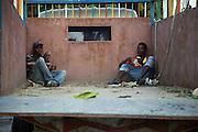 Deux jeunes Haïtiens dans une boite de camion au centre-ville de Port-au-Prince.