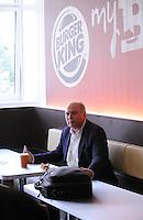 1. Fussball Bundesliga :  Saison   2009/2010   11.08..2009 FC Bayern Muenchen Manager Uli Hoeness isst einen Whopper bei Burger King