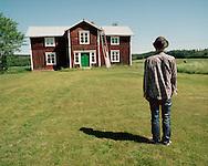 One of the houses at David Sandström's yard is named Keith, after the Rolling Stones member Keith Richards. David Sandström made it a music studio where he records his own, and others' music. ..David Sandström på sin tomt i Brände. I den röda Västerbottensgården har han en musikstudio.