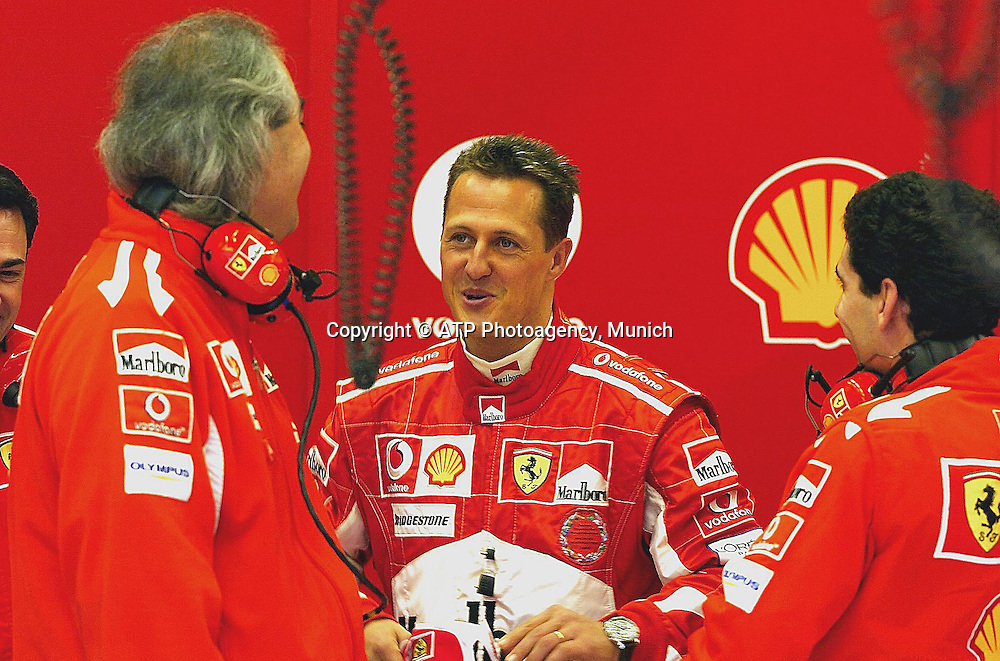 FORMULA ONE-WINTER TESTING-JEREZ DE LA FRONTERA, SPAIN-15 DECEMBER 2005: Formel 1 Testfahrten in Jerez - <br /> Michael Schumacher talks with his Ferrari test team manager and engineer  in Jerez for a  test at the Spanish circuit.<br /> photo credit:   &copy; ATP GlennCampbell