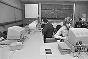 Nederland, Nijmegen, 15-3-1984Leslokaal van de jonge studie informatica aan de faculteit wis en natuurkunde van de katholieke universiteit nijmegen, later Radboud universiteit.Hier staan de eerste PC s van Apple en Texas Instruments. De techniek was nog in haar beginstadium.Internet bestond nog niet.Foto: Flip Franssen/Hollandse Hoogte