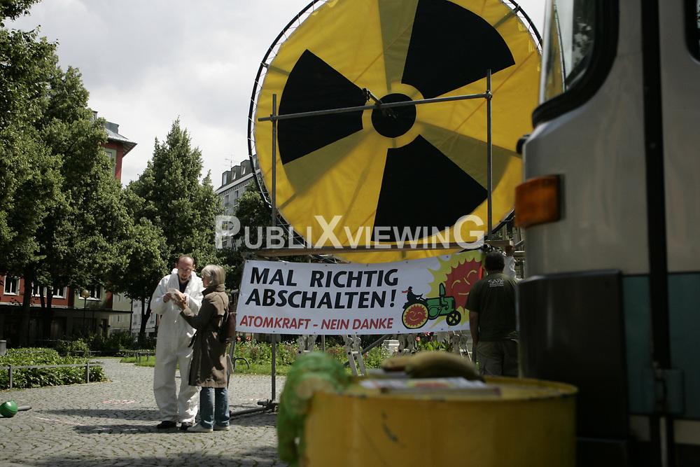 BI on Tour - Bus-Tour der B&uuml;rgerinitiative Umweltschutz L&uuml;chow-Dannenberg im Sommer 2009. Mit einen Reisebus tourte die BI einen Monat lang durch Deutschland, um auf die drohende Verl&auml;ngerung der Laufzeiten von AKW im Falle eines Wahlsigs von CDU und FDP aufmerksam zu machen. <br /> <br /> Ort: M&uuml;nchen<br /> Copyright: Andreas Conradt<br /> Quelle: PubliXviewinG