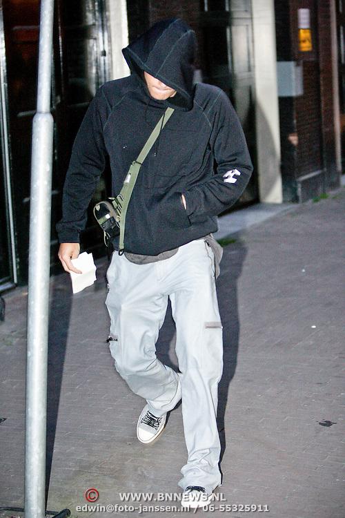 NLD/Amsterdam/20080622 - John Mayer wandelend door Amsterdam en bezoekt een coffeeshop