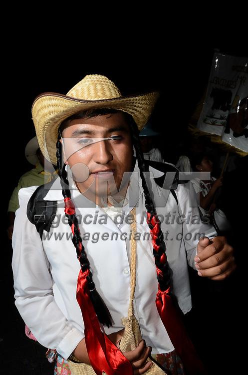 """Metepec, México (Junio 06, 2017).- Hombres, mujeres y niños disfrazados en su mayoría de """"tlacuaneras""""  desfilaron en el tradicional paseo de San Isidro Labrador, santo patrono del pueblo mágico metepequense. Agencia MVT / Arturo Hernández."""