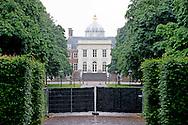 DEN HAAG - Achter een toegangspoort van paleis Huis ten Bosch staan Zwarte schermen. Het paleis wordt in één keer verbouwd voor een bedrag van 59 miljoen euro. Eerder was het de bedoeling dat het toekomstige woonpaleis van koning Willem-Alexander en zijn gezin gefaseerd gerenoveerd ging worden.  COPYRIGHT ROBIN UTRECHT