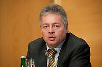 14 DEC 2010, BERLIN/GERMANY:<br /> Bernhard Witthaut, Vorsitzender Gewerkschaft der Polizei, GdP. Pressekonferenz zu den Forderungen zur Laender-Tarifrunde im öffentlichen Dienst 2011, Katholische Akademie<br /> IMAGE: 20101214-01-024