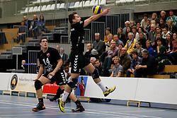 29-01-2013 VOLLEYBAL: BEKER TILBURG STV - ABIANT LYCURGUS 2 : TILBURG <br /> Bart van Garderen, Tilburg STV houdt de bal in het spel, Maarten Leune kijkt toe.<br /> &copy;2012-FotoHoogendoorn.nl / Pim Waslander