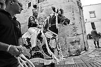 Ostuni Cavalcata S.Oronzo agosto 2012. Foto di un cavallo ritratto nel momento dello sforzo sulla salita che porta a piazza della Cattedrale;.Sant'Oronzo si nascose anche in una grotta a Ostuni, nel luogo dove è stata poi costruita la chiesa e il relativo Santuario. I festeggiamenti si svolgono nella Città Bianca il 25, 26 e 27 agosto con la rinomata Cavalcata di Sant'Oronzo, una processione nella quale sfilano esponenti del clero e dell'amministrazione comunale, seguiti da cavalli e cavalieri, con stoffe rosse ricche di ricami e lustrini. I festeggiamenti comprendono anche due fiere e uno spettacolo di fuochi.