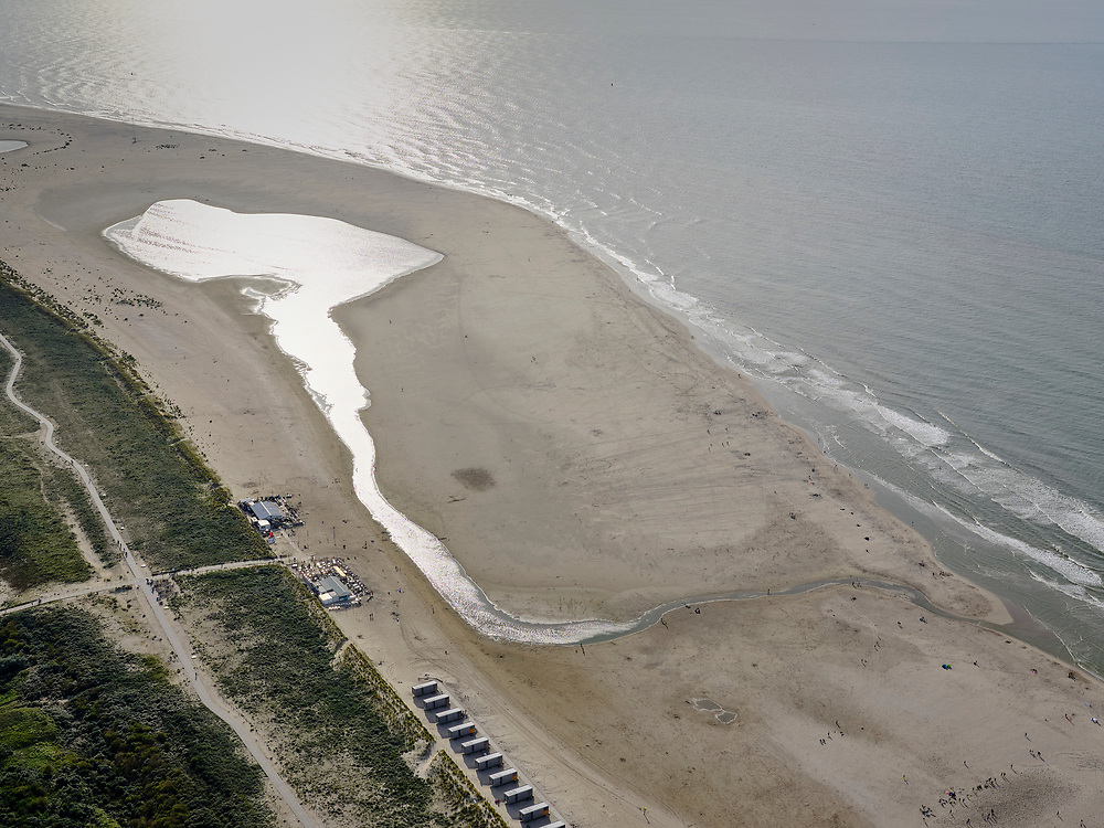 Nederland, Zuid-Holland, Gemeente Westland, 14-09-2019; Delflandse Kust ter hoogte van Ter Heijde en Monster. De Zandmotor is een kunstmatig schiereiland (landtong), ontstaan door het opspuiten van zand voor de kust. Wind, golven en stroming zullen het zand langs de kust in noordelijke richting verspreiden waardoor verderop langs de kust bredere stranden en duinen ontstaan. De zandmotor is een experiment in het kader van kustonderhoud en kustverdediging.<br /> Sand Engine, artificial peninsula build by the raising of sand for the coast (near the Hague). Wind, waves and currents will distribute the sand along the coast yielding wider beaches and dunes along the coastline. The Sand Engine is a experiment for coastal maintenance of coastal defense.<br /> luchtfoto (toeslag op standard tarieven);<br /> aerial photo (additional fee required);<br /> copyright foto/photo Siebe Swart