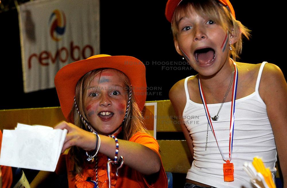 26-06-2010 VOLLEYBAL: WLV NEDERLAND - BRAZILIE: ROTTERDAM<br /> Nederland verliest met 3-1 van Brazilie / Support publiek fans Oranje<br /> &copy;2010-WWW.FOTOHOOGENDOORN.NL