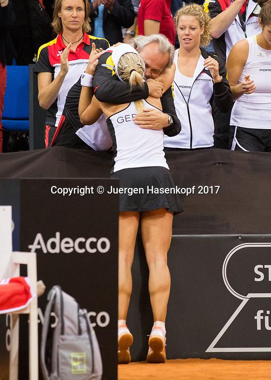 Fed Cup GER-UKR, Deutschland - Ukraine, <br /> Porsche Arena, Stuttgart, <br /> ANGELIQUE KERBER (GER) umarmt Mannschaftsarzt Dr. Ulf Blecker nach ihrem Sieg,
