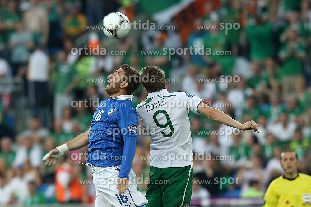 18.06.2012, Staedtisches Stadion, Posen, POL, UEFA EURO 2012, Italien vs Irland, Gruppe C, im Bild DANIELE DE ROSSI (L) KEVIN DOYLE (P) // during the UEFA Euro 2012 Group C Match between Italy and Ireland at the Municipal Stadium Poznan, Poland on 2012/06/18. EXPA Pictures © 2012, PhotoCredit: EXPA/ Newspix/ Mateusz Trzuskowski..***** ATTENTION - for AUT, SLO, CRO, SRB, SUI and SWE only *****
