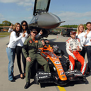 NLD/Volkel/20070420 - Spyker F1 meets F16, Full Throttle 2007, Christijan Albers en F-16 piloot Ralph Aarts, dames promotieteam