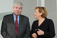 """16 OCT 2006, BERLIN/GERMANY:<br /> Michael Sommer (L), Vorsitzender Deutscher Gewerkschaftsbund, DGB, und Angela Merkel (R), CDU, Bundeskanzlerin, im Gespraech, waehrend einer Pressekonferenz nach dem Spitzengespraech """"Familie und Wirtschaft"""" der Bundeskanzlerin mit der Impulsgruppe der """"Allianz für die Familie"""", Bundeskanzleramt<br /> IMAGE: 20061016-01-022<br /> KEYWORDS: Spitzengespräch, Gespräch"""