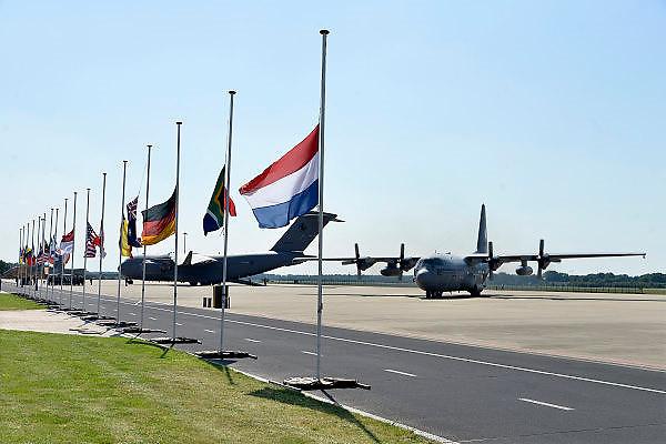 Nederland, Eindhoven,23-7-2014De twee transportvliegtuigen met aan boord de slachtoffers van de vliegramp in Oekraine staan na landing stil op het platform.FOTO: FLIP FRANSSEN/ HOLLANDSE HOOGTE