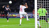 26. August 2011: Berlin, Olympiastadion: Fussball 1. Bundesliga, 4. Spieltag: Hertha BSC - VfB Stuttgart: Berlins Raffael (links) trifft gegen Stuttgarts Serdar Tasci (weiss) und Torwart Sven Ulreich zum 1:0.