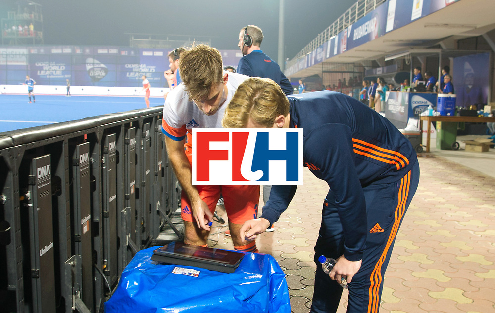 Odisha Men's Hockey World League Final Bhubaneswar 2017<br /> Match id:08<br /> Netherlands v Argentina<br /> Foto: Mink van der Weerden (Ned) and Tristan Algera (Ned) analyseren de strafcorner.<br /> WORLDSPORTPICS COPYRIGHT FRANK UIJLENBROEK