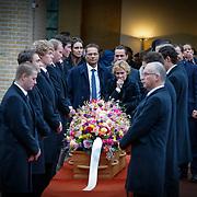 NLD/Drievliet/20130104 - Uitvaart Arend Langeberg, kist met dragers en familie