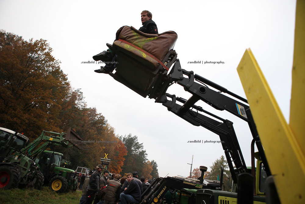 Serveral hundred people rallied in the forest beside the railroute near Hitzacker. A week before a new transport of high radioactive waste to Gorleben is expeted to arrive, activists organized a game to search for hidden letters. After all single letters were found under the rails they formed a protest slogan to mobilize for the upcomming demonstrations. Farmers accompanied the demonstration by 30 tractors.