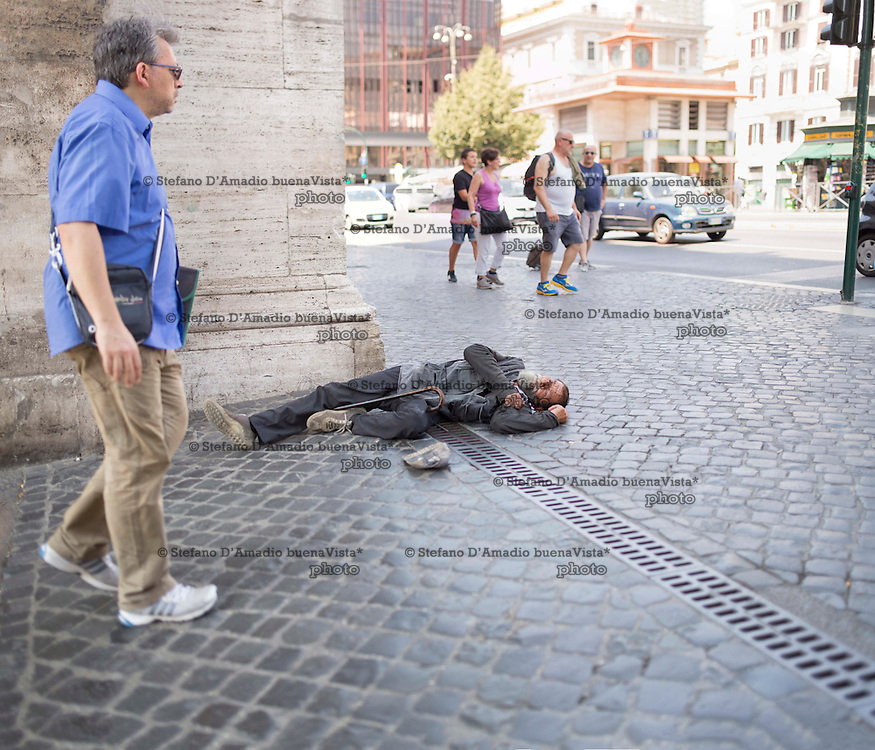 turisti camminano davanti ad un curioso mendicante,<br /> Tourists walking in front of a curious beggar