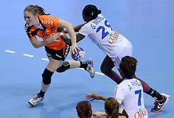 10-12-2013 HANDBAL: WERELD KAMPIOENSCHAP NEDERLAND - FRANKRIJK: BELGRADO <br /> 21st Women s Handball World Championship Belgrade, Nederland verliest met 23-19 van Frankrijk / (L-R) Laura van der Heijden, Gnonsiane Niombla<br /> ©2013-WWW.FOTOHOOGENDOORN.NL