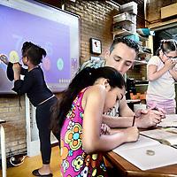 Nederland, Amsterdam,11 juni 2008...Op Basisschool Botteloefschool in amsterdam wordt gebruik gemaakt van de z.g. digitale schoolbord, waar leerlingen o.a. kunnen oefenen met het maken van rekensommen..This primary school uses a digital whiteboard, where pupils can practice making math.
