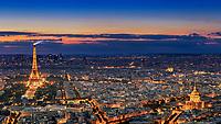 Atemberaubenden Ausblick von der 56. Etage des Tour Montparnasseauf die Skyline von Paris bei Nacht mit dem Eifelturm, Invalidendom und Triumphbogen.