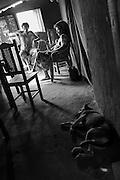Quilombo da Lapinha, comunidade situada &agrave; beira do Rio S&atilde;o Francisco, na cidade de Matias Cardoso, regi&atilde;o norte de Minas Gerais. Os moradores dessa comunidade s&atilde;o quilombolas e vazanteiros.<br /> 5.Erotida Maria dos Santos 101 anos nasceu em Rio Verde, num lugar chamado Abobora. Casada com Reginaldo Rodrigues de Souza, nascido em 16 de novembro de 1981 de 33 anos.<br /> Casou duas vezes... &ldquo;ganhei 14 filhos aqui, tudo bebendo pinga&rdquo;.1&ordm; marido casou no civil. Depois que ele morreu se amigou com Reginaldo. Perdeu dois filhos... &ldquo;eles sa&iacute;ram tocando gado, Joel e Juraci... os meninos desapareceram e nunca mais achei eles, nessa &eacute;poca eu morava em Tabatinga&rdquo;