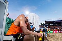 DEN HAAG Finale Heren Nummerdor/Varenhorst - Alison / Bruno Schmidt (Brazilie) - Beachvolleybal , WK Beach Volleybal 2015 , Stadion op de Hofvijver , 05-07-2015 , Christiaan Varenhorst zit met een handdoek over zijn hoofd zwaar teleurgesteld
