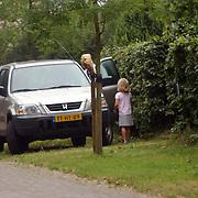 Anita Witzier gaat naar haar werk, dochter Julia huilt