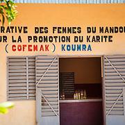 LÉGENDE: Depôt de produits fabriqués par COFEMAK. Vue extérieure. LIEU: Centre COFEMAK, Koumra, Tchad. PERSONNE(S): N/A.