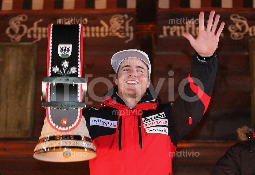 Ski Alpin;  Saison 2006/2007   05.01.2007 42. Weltcup Riesenslalom  Herren Siegerglocke; JUBEL; Marc Berthod (SUI) gewinnt eine Kuhglocke