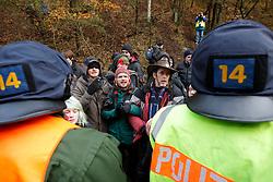 Atomkraftgegner besetzen immer wieder die Gleise der Castortransportstrecke im Waldstück Göhrde. <br /> <br /> Ort: Leitstade<br /> Copyright: Andreas Conradt<br /> Quelle: PubliXviewinG