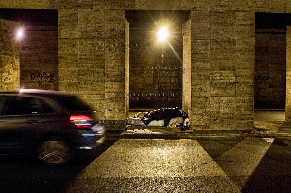 Senza fissa dimora dormono sui marciapiedi che dividono la strada del tunnel tra via Marsala e Via Giolitti vicino alla Stazione Termini.<br /> Homeless sleep on the sidewalks that divide the road tunnel between Via Marsala and Via Giolitti near Termini Station.