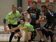 HÅNDBOLD: Aku Kreutzmann (Nordsjælland) kaster sig efter bolden foran Dan Beck-Hansen under kampen i 888-Ligaen mellem Nordsjælland Håndbold og Århus Håndbold den 2. september 2017 i Helsinge Hallen. Foto: Claus Birch.
