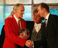 Idrettsgalla , for 2005 , 7. januar 2006 , Stein Johnson fikk Egebergs ærespris og årets hederspris her med Kulturminister Trond Giske og programleder Dan Børe Akerø