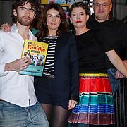 NLD/Amsterdam/20121029 - Boekpesentatie 'Het alles is Familie Kookboek', Benja Bruijning  Kim van Kooten,Huib Stam, en Jara Lucieer met  het eerste exemplaar