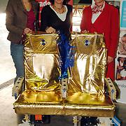 NLD/Amsterdam/20051208 - BN´ers beschilderen Martinair vliegtuigstoelen, actie Pimp my Chair voor de veiling SOS Kinderdorpen, medewerkers
