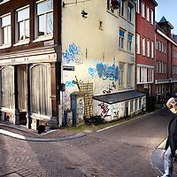 Nederland, Amsterdam , 31 januari 2012..Jordaan bewoners Frec en Chris ergeren zich mateloos aan enkele graffiti spuiters die hun hele buurt onderspuiten zoals bv hier op de hoek van de Bloemgracht..Foto:Jean-Pierre Jans