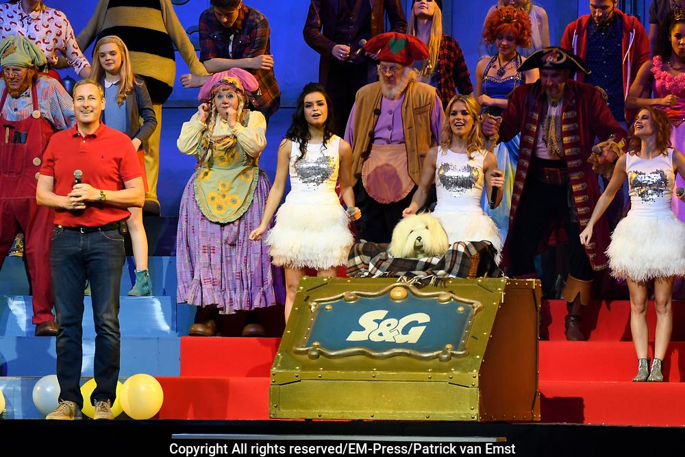Studio 100 Winterfestival in de Ziggoi Dome, Amsterdam. De Studio 100 tv-vrienden willen samen vanwege het 20-jarig jubileum een verrassingsfeest organiseren voor Samson &amp; Gert, het duo waar het allemaal mee is begonnen. <br /> <br /> Op de foto:  Samson &amp; Gert, Piet Piraat en zijn vrienden, Maya de Bij, Lolly Lolbroek, Kabouter Plop en zijn kaboutervrienden, Nachtwacht, Prinsessia, Bumba, Ghost Rockers, Mega Mindy , K3 met Klaasje Meijer, Hanne Verbruggen en Marthe De Pillecyn.